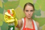 洗剤を持つ女性1
