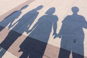 友達を手をつなぐ影