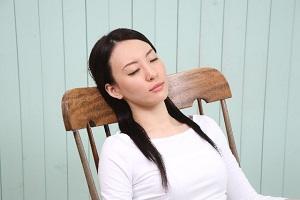 椅子で眠る