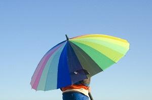 カラフルな傘を持つ子供