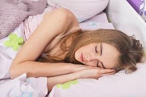 眠っている外国人女性