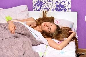 寝相の悪い外国人女性