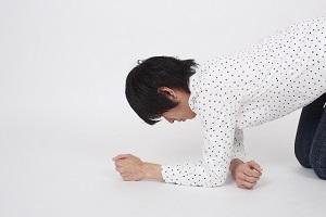 膝から崩れる男性
