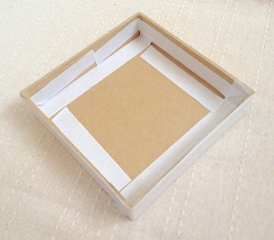 ペーパーボックスの蓋に両面テープを貼る