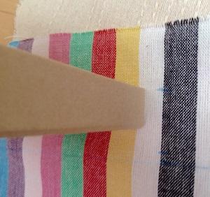 ペーパーボックスにデコレーションする蓋の布を切る