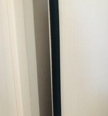 ドアの横に隙間テープ